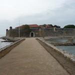Nach kurzer privater Bootsfahrt betreten wir das ehemalige Gefängnis.