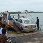 Fahrt mit der kleinen Autofähre zwischen den Inseln der Halbinsel Jaffna